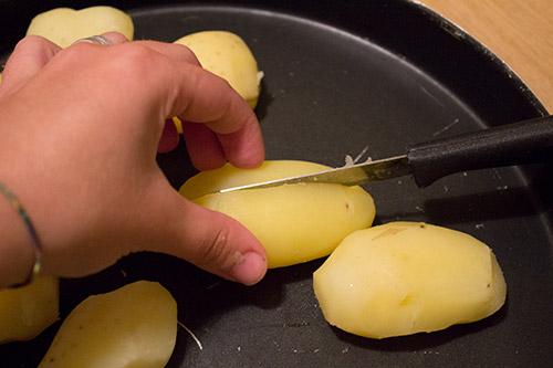 patate pelate, tagliate a metà